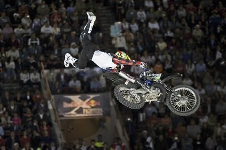 Un pilota del Red Bull X-Fighters in azione