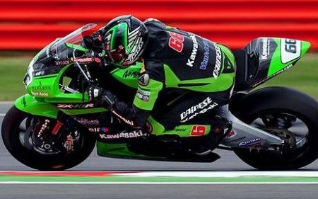 Tom Sykes porta in pole position la sua Kawasaki a Imola