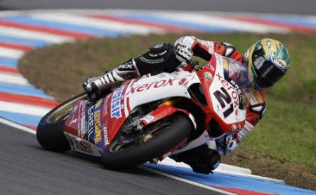 Troy Bayliss in sella alla sua Ducati
