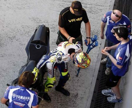 Rossi prova in stampelle a Misano