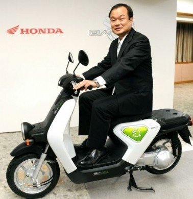 Honda EV-Neo con il boss della casa giapponese