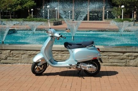 Vespa Lx bordo piscina